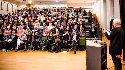 Full sal på Norbytun ungdomsskole mandag kveld da Valgerd Svarstad Haugland, Fylkesmann i Oslo og Akershus, hadde invitert til folkemøte om mulig grensejustering.