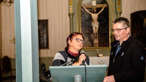 Vikarprest Frøydis Haug sjekker lydanlegget i Nordby kirke sammen med sokneprest Jan Kay Krystad.
