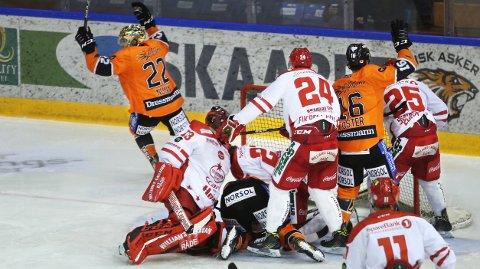 SEIER: Anders Bastiansen - liggende i midten - kriger inn kveldens andre scoring. Garry Nunn (t.v.) feirer.