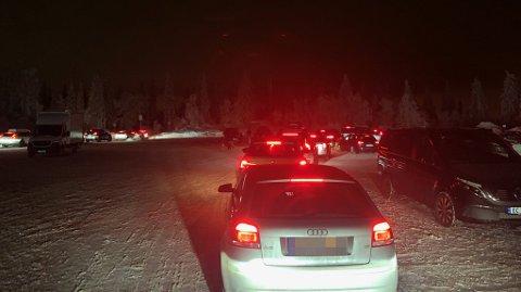LANGE KØER: Enkelte brukte godt over én time på å komme seg ned fra parkeringsplassen ved Tryvann etter stengetid lørdag.