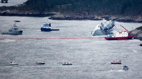Store mengder helikopter fuel har lekt ut av KNM «Helge Ingstad» etter at den kolliderte med eit tankskip ved Stureterminalen.