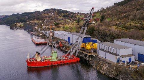 Den 390 tonn tunge havbotnramma vart produsert av RadøyGruppen i deira lokalar i Sæbøvågen.