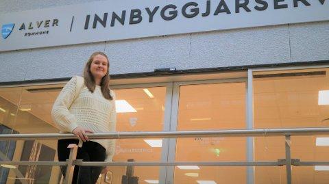 Hanne Smørdal Helland utanfor innbyggjarsevice i Knarvik senter.