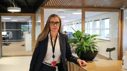 Banksjef i Sparebanken vest, avdeling Nordhordland, Merete Lien Yndestad synest det er godt å kunne gi overskot til kundane.