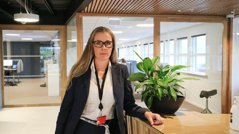 Merete Yndestad er banksjef i Sparebanken Vest, avdeling Nordhordland. Ho er nøgd med at regjeringa skrota Finanstilsynet sitt forslag.
