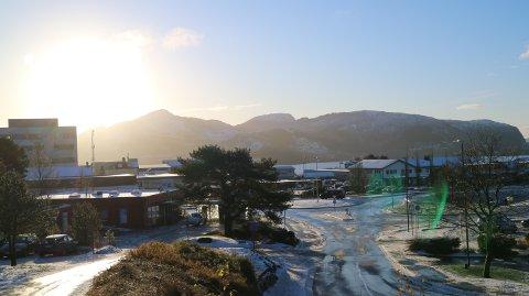Sola tittar fram og snøen ligg framleis på bakken i formiddagstimane.