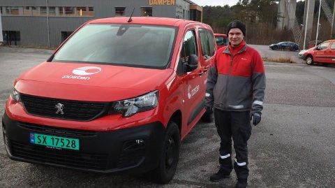 Marius Gjersvoll, nestleiar i Nordhordland distribusjonssentral står med ein av dei nye bilane Posten har fått i løpet av hausten og desember.