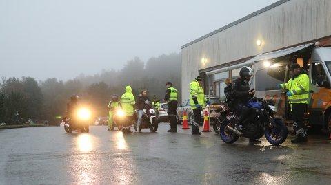Politiet og Vegvesenet var klare klokka 07.30 utanfor Knarvik vidaregåande skule..