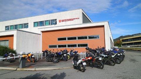 Det er alltid mange lettmotorsyklar parkert utanfor Knarvik videregåande skule.
