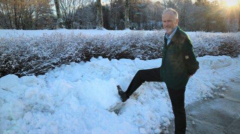 Harde snø og isklumpar som ramlar ned frå brøytekantane og inn på vegen kan gjere skade på bilane, fortel bussjåfør Gunnar Hausberg.