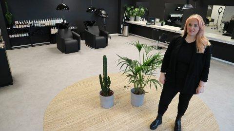 Elisabeth Knapstad opna Pust frisørsalong i mars i fjor. Ho har hatt bra med kundar trass nedstenging og restriksjonar.
