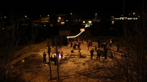 Det har blitt hengt opp julelys og laga skøyteis på basketballbana i Alvermarka.