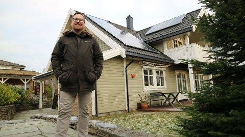 Vegard Larsen utanfor huset i Frekhaug. I 2019 plasserte han solceller på taket.