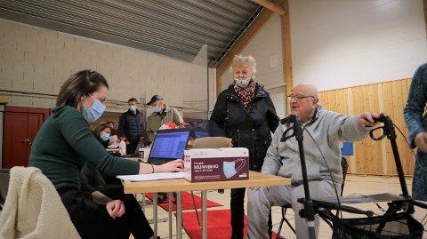 Aud og Gunnar Furubotn frå Alver kommune var først ut for massevaksineringa.