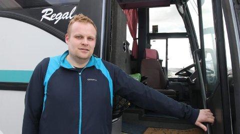 Tøff og tung tid: Johan Christian Eriksen som er daglig leder og eier av selskapet Eriksen buss & Maskin InVia AS har en tøff tid framfor seg, sammen med kollegaer, pårørende og alle som sto de omkomne nært.