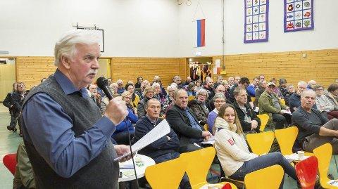 Bredside: Leder Egil Jensen i Nordfjorden lokalutvalg trakk fram en rekke argumenter mot Nordlandsnetts foretrukne trasé langs fv. 17, og for å legge den nye 132 kV-linjen langs dagens trasé på fjellet – og fikk unison applaus fra salen.