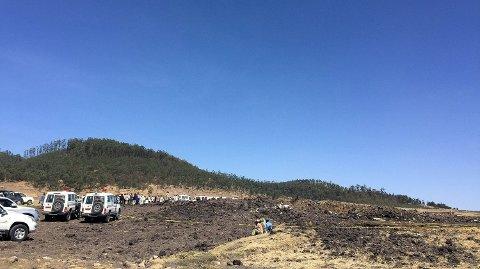 Dette bildet viser krasjstedet til flyet fra Ethiopian Airlines Foto: Tiksa Negeri (REUTERS)