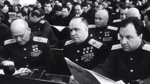 Abakumov leser Pravda. Ved siden er marskalkene Zhukov og Konev
