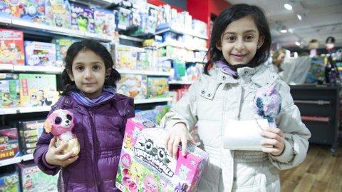 Søstrene Linah (5) og Amelia Nazir-butt har sendt brev til Nordpolen om hva de ønsker seg.  – Jeg ønsker meg hatchimals! sier lillesøster Linah, mens Amelia forteller at hun øsnker seg lego og pokemonkort.