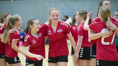 Anna Lena Gjengstø (i midten) og venninnene jubler etter seieren i semifinalen. BHK sitt 13-årslag er igjen klare for finalen, i en turnering de har spilt siden de begynte med håndball.