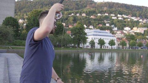 Her får Axel Hirai noko på kroken i Lille Lungegårdsvann. – Eg vart overraska, sier han til BA.