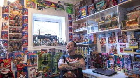 Glad samler: Tarjei Strøm liker å kikke på samlingen, og han elsker å arbeide inne på kontoret fylt med leker fra 1980-tallet. Foto: Kai Flatekvål