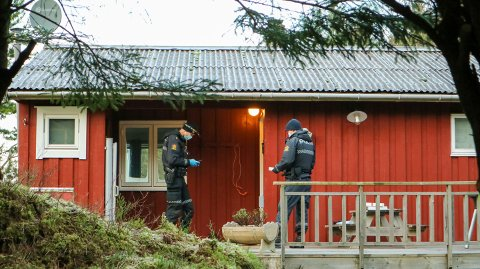 – Blant annet er kjøkkenet beskrevet som knust og mye vann har lekket ut, sier politiets operasjonsleder Eivind Hellesund.
