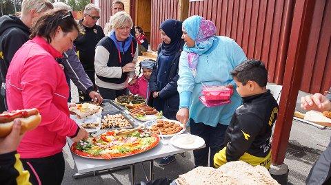 SULTNE DUGNADSARBEIDERE: Maten ble svært godt mottatt av dugnadsfolket. En arabisk restaurant kunne nok fått flere stamgjester blant denne gjengen.