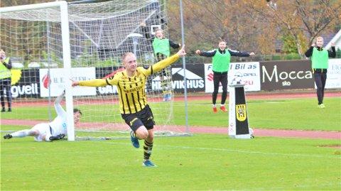 MÅL: Mathias Perttamo kom inn fra benken og var meget frisk. Her feirer 1-0 målet etter en praktfull heading.