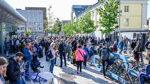 Det er folksomt på togstasjonen i Drammen etter at togene mellom Asker og Drammen fikk problemer tirsdag morgen.