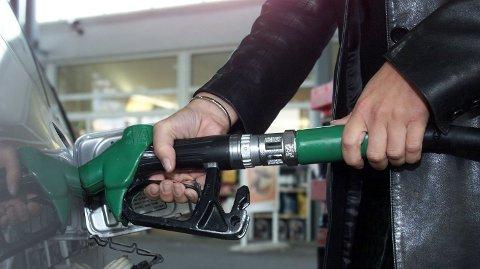 MINDRE BENSIN: Vi bruker mindre penger på bensin. Foto: Lise Åserud (NTB Scanpix)
