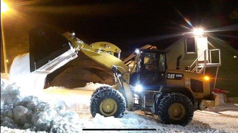 FIKK HJELP: Nordkapp kommune lånte ut hjullaster slik at man kunne få på plass den siste snøen som manglet i bakken.
