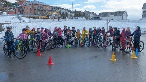 SYKLISTER: Med hjelm, nylig inspisert sykkel av politiet og masse mot er gjengen klar for å sykle til og fra skolen.