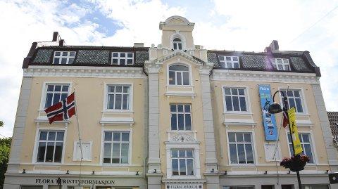 Flora rådhus må rustast opp, og det skal byggast nye administrasjonslokale i bankhola.