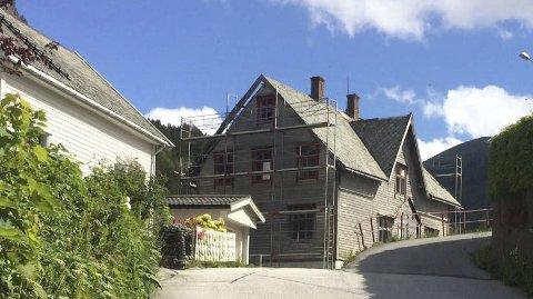 Trygt og solid: Det såkalla Peder O-huset i Svelgen blir no restaurert av dei nye eigarane Steinvik Fiskefarm. Utsjånaden til huset skal bevarast, med unnatak av eit nytt trappehus for å skilje dei to etasjane. lars olav rylandsholm