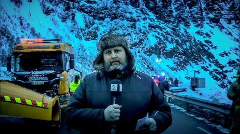 SPELER JOURNALIST: Her er Alf Vidar Snæland på settet til Tunnelen. Han var kledt for full storm, men ute var det 10 plussgrader.