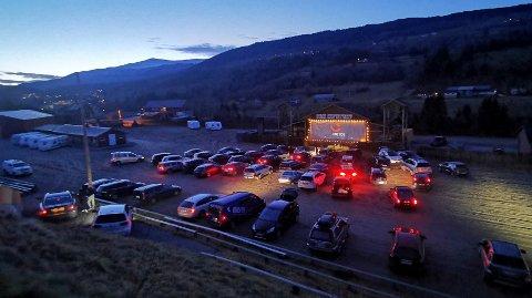 STORT OPPMØTE: På laurdagens drive-in-kino kom det over 60 bilar og traktorar.
