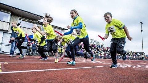 Full fart fra start: Det løpes 200-metersetapper i Tine-stafetten, og det er viktig med en rask start. På startstreken i dette heatet, fra venstre: Oscar Helgar (Manstad skole), Hannah Størseth (Hurrød), Marius Jacobsen (Rød), Mats Engaas (Nøkleby), Vetle Traran Bjørnøy (Trosvik), Hanna Oksmo (Rødsmyra) og Andreas Andresen Lorentzen (Lunde).
