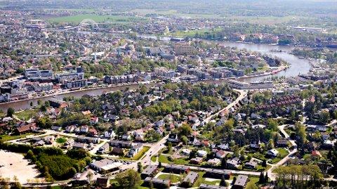 – Langs elva som renner gjennom byen vår har det gjennom flere hundre år vokst frem en bystruktur som på mange måter er byen, skriver Trond Svandal.