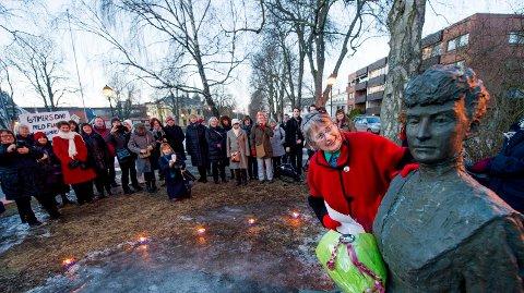 8. marskomiteen legger ned blomster på ved statuen av Katti Anker Møller. Bildet er fra 2013 da Berit Ås hilste til Katti Anker Møller ved 100-årsjubileet for kvinners stemmerett i Norge.