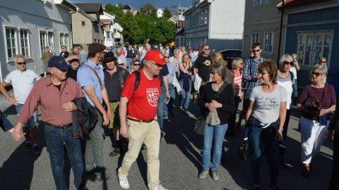 FOLKSOMT PÅ HOLMEN: Rundt hundre mennesker vandret rundt i Holmen-gatene tirsdag kveld for å lære mer om områdets historie.