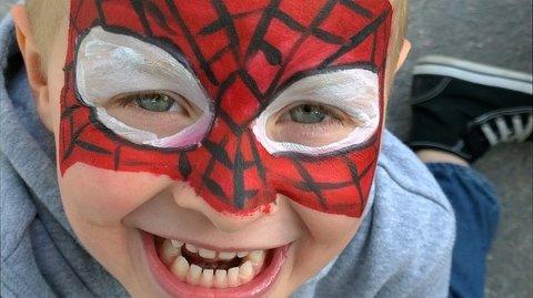 Fest. Ansiktsmaling er del av den kirkelige karnevalsfeiringen.