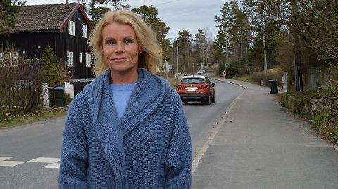 FORNØYD: Kjersti Schanke King i Fagerliveien er veldig fornøyd med at det nå endelig blir fartshumper i veien. Arbeidene har nå startet.
