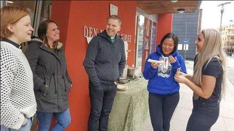 Undervisningsleder Kristin Buckholm, menighetspedagog Julie Karense Karstensen og kateket Vigmund Djupang Gundersen slår av en prat med Kaia Syversen (17) og Julie Hoel (17) som begge er ute og streiker for klimaet.
