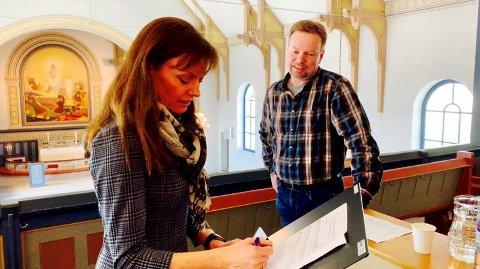 SPILTE INN: Ivar S. Haugen, kantor i Rolvsøy, sammen med solist Hege Fagermoen under innspillingen av jubileumssalmen i Rolvsøy kirke.