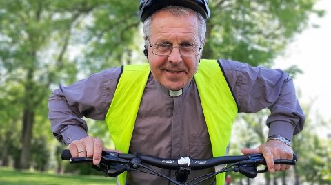 Vert. Sogneprest Børre Sneltorp håper mange vil delta på bike-in-gudstjenesten ved Paviljogen i Fredrikstad sentrum fredag morgen.