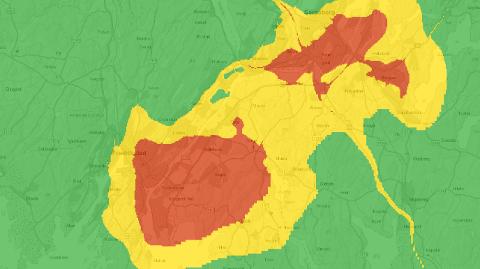 Kartet viser hvor luftkvaliteten vil være dårligst i Fredrikstad lørdag kveld. Rødt indikerer høy luftforurensning, gul betyr moderat.