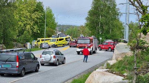 Ulykken har skjedd ved Rød på Asmaløy. Nødetatene er på stedet og det står lange køer i begge retninger