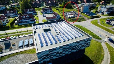 Det er på et ubebygd område mellom annen boligbebyggelse – og rett bak forretningsbyggene langs Rolvsøyveien – at det planlegges både nye boliger og en ny nærmiljøpark.