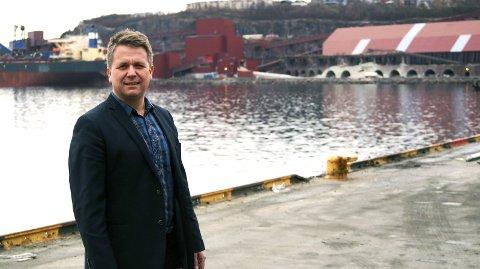 VIL AVVIKLE MALMBYEN: Harald Kuraas foran selve malmsymbolet i Narvik, LKABs utskipingsanlegg.
